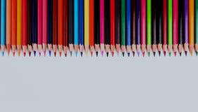 Assortimento delle matite colorate con ombra su priorità bassa bianca Fotografie Stock Libere da Diritti