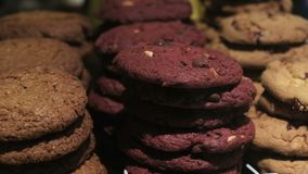 Assortimento delle merci al forno dolci nel deposito archivi video