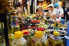 Assortimento delle olive marinate in Sarona gastro Fotografia Stock