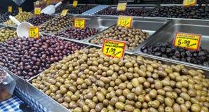 Assortimento delle olive sul mercato immagine stock