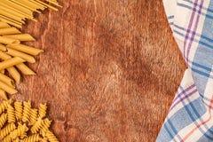 Assortimento delle paste differenti di forma su fondo di legno Immagini Stock Libere da Diritti