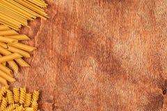 Assortimento delle paste differenti di forma su fondo di legno Fotografia Stock Libera da Diritti