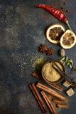 Assortimento delle spezie di inverno Vista superiore con lo spazio della copia fotografia stock libera da diritti