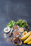 Assortimento di alto alimento sano di fonti del magnesio Immagini Stock Libere da Diritti
