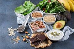 Assortimento di alto alimento sano di fonti del magnesio Fotografia Stock