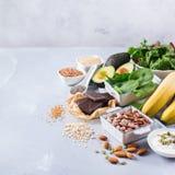 Assortimento di alto alimento sano di fonti del magnesio Fotografie Stock
