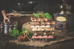 Assortimento di cioccolato bianco, scuro ed al latte fotografie stock
