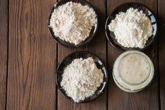 Assortimento di farina: segale, grano intero e per tutti gli usi Sedere di legno Fotografia Stock