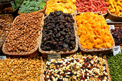 Assortimento di frutta secca dadi al mercato di boqueria in Barc Fotografia Stock Libera da Diritti