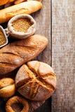 Assortimento di pane al forno sul fondo di legno della tavola Immagini Stock Libere da Diritti