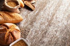 Assortimento di pane al forno sul fondo di legno della tavola Immagine Stock