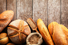 Assortimento di pane al forno sul fondo di legno della tavola Fotografia Stock Libera da Diritti