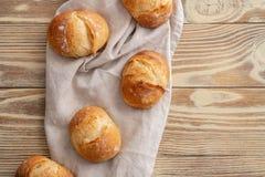 Assortimento di pane al forno sul fondo di legno della tavola Copi lo spazio immagini stock libere da diritti