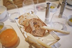 Assortimento di pane con un pezzo del morso sulla tavola nel ristorante fotografie stock libere da diritti
