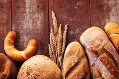 Assortimento di pane sulla tavola di legno Immagini Stock