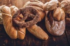 Assortimento di pane sulla tavola di legno Immagini Stock Libere da Diritti