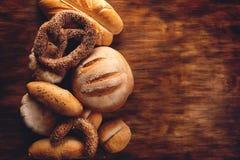 Assortimento di pane sulla tavola di legno Fotografie Stock Libere da Diritti