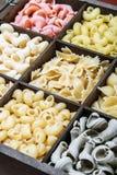 Assortimento di pasta in una scatola di legno Fotografie Stock Libere da Diritti