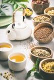 Assortimento di tè asciutto in ciotole della noce di cocco Immagine Stock Libera da Diritti
