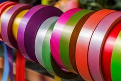 Assortimento di vari nastri decorativi colorati fotografia stock libera da diritti