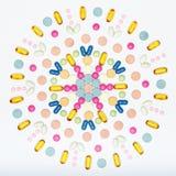 Assortimento di varie pillole colourful su fondo bianco Pillole creative di prescrizione e del farmaco Immagine Stock