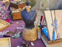 Assortimento di women& x27; mercato dei gioielli di s fotografie stock libere da diritti