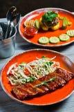 Assortimento gastronomico delle farine di carne Vista laterale sulla tavola del ristorante con il menu del hot dog saporito, cost immagine stock
