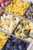 Assortimento italiano della pasta del fondo differente di colori Fotografie Stock