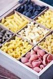 Assortimento italiano della pasta del fondo differente di colori Immagine Stock