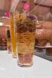 Assortimento italiano variopinto della pasta dentro i vasi di vetro con la R rosa Immagini Stock