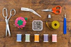 Assortimento sopraelevato degli strumenti di cucito Fotografia Stock
