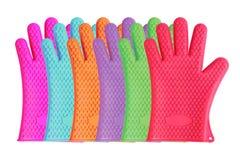 Assortimento variopinto dei guanti della cucina del silicio su bianco Immagini Stock