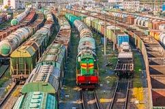 Assortissant des chariots de fret locomotifs sur le chemin de fer tandis que formation le train photographie stock libre de droits