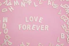 Assortissant l'amour de lettres pour toujours sur le rose Images stock