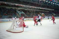 Assortissez entre les clubs Avtomobilist Iekaterinbourg et Metallurg Novokuznetsk 09/23/2014 d'hockey Image libre de droits