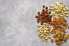 Assortmen von Nüssen - gesunder Snack Draufsicht mit Kopienraum Stockfoto