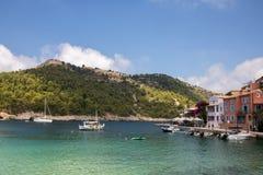 Assos小镇和港在海岛Kefalonia上的在希腊 图库摄影