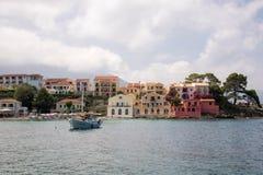 Assos小镇和港在海岛Kefalonia上的在希腊 免版税库存照片