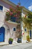 Assos村庄看法和美丽的海咆哮, Kefalonia,爱奥尼亚人海岛 免版税库存图片