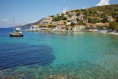 Assos村庄看法和美丽的海咆哮, Kefalonia,爱奥尼亚人海岛 库存照片