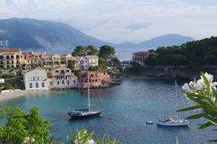 在田园诗和浪漫Assos, Kefalonia,爱奥尼亚人海岛,希腊海滩和港口的美丽的景色  免版税库存照片