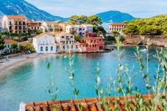 Assos wioska w Kefalonia, Grecja Turkus zatoka plaża i barwiący tradycyjni domy, zupełnie Rewolucjonistka dachy w przodzie obrazy royalty free