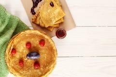 Assottigli i pancake caldi con le bacche sulla tavola Fotografia Stock Libera da Diritti