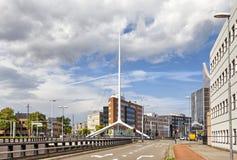Assottigli il campanile bianco su una delle strade trasversali di Eindhoven Immagine Stock