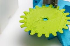 Assottigli l'ingranaggio stampato 3D verde con gli strati visibili di plastica che è sostenibile Fotografia Stock Libera da Diritti
