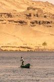 ASSOUAN, EGYPTE 21 05 P?cheur 2018 dans son petit bateau p?chant au centre de la rivi?re image libre de droits