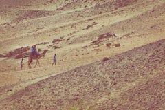 ASSUAN, EGYRPT - 24. MÄRZ 2017: Leute im Kamelwohnwagen goin stockbild
