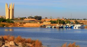 Assuan Lotus Tower auf der Bank des Assuan-Staudamms in Ägypten lizenzfreie stockfotografie