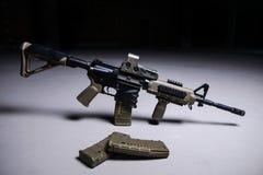 Assultgeweer en tijdschriften met kogels Royalty-vrije Stock Foto