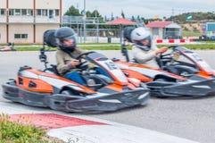 Assumendo la direzione nella corsa karting fotografia stock
